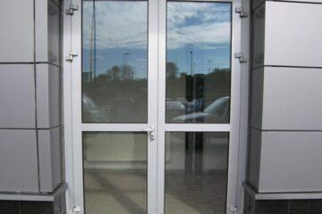 Пластиковые двери в офисное здание