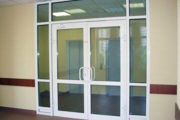 Пластиковые двери в административные центры