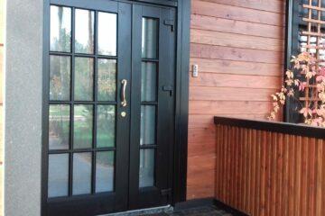 Пластиковые двери для частного дома